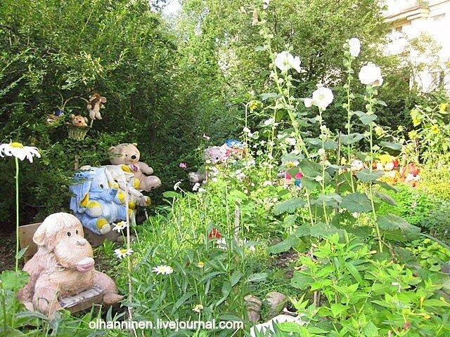 На садовых стульчиках спят усталые игрушки