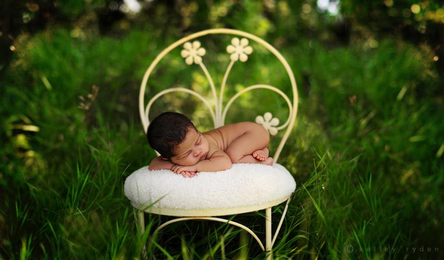 Новорожденный спит на подушке целиком