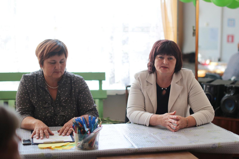 На занятии дети и взрослые находятся в разных помещениях: с родителями обсуждаются насущные проблемы