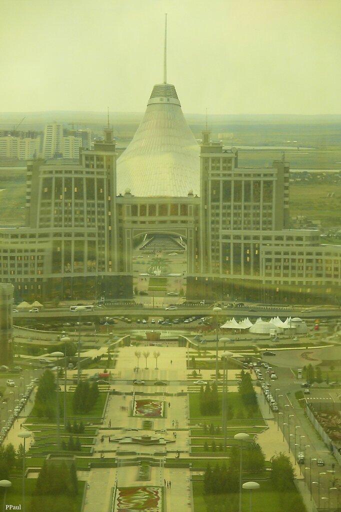 Байтерек, вид на здание КазМунайГаз и позади него Хан-Шатыр.