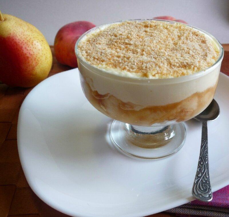 Десерт с фруктами и с кремом из маскарпоне (тирамису)