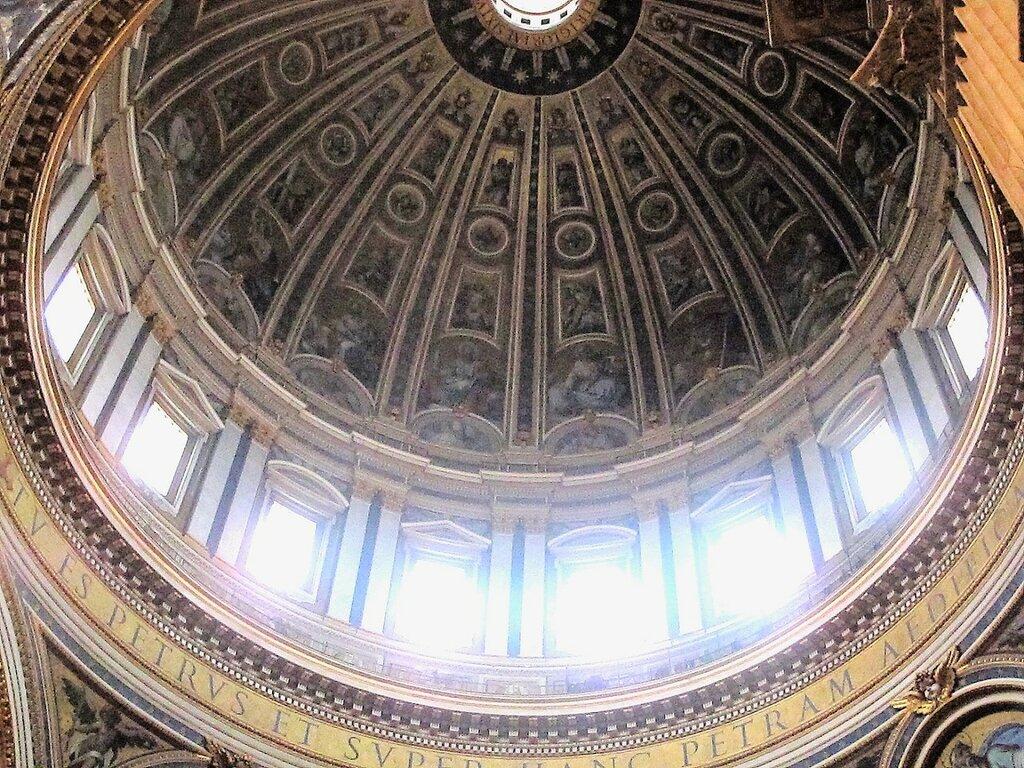 Главный купол Собора Св.Петра в Риме, поддерживается четырьмя громаднейшими столбами с изображениями святых евангелистов под куполом, в каждом из этих столбов устроено по два придела.