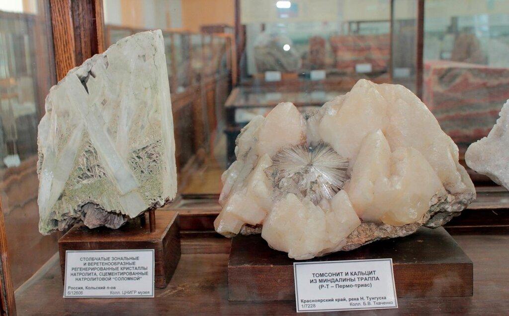 """Столбчатые зональные и веретенообразные регенерированные кристаллы натролита, сцементированные натролитовой """"соломкой""""; томсонит и кальцит из миндалины траппа (Пермо-триас)"""