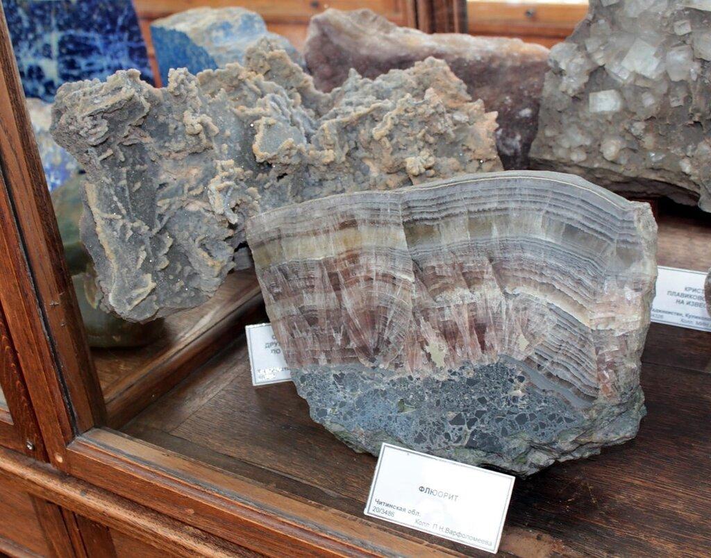 Скелетные формы друзовидного кварца по выщелоченным известнякам; флюорит