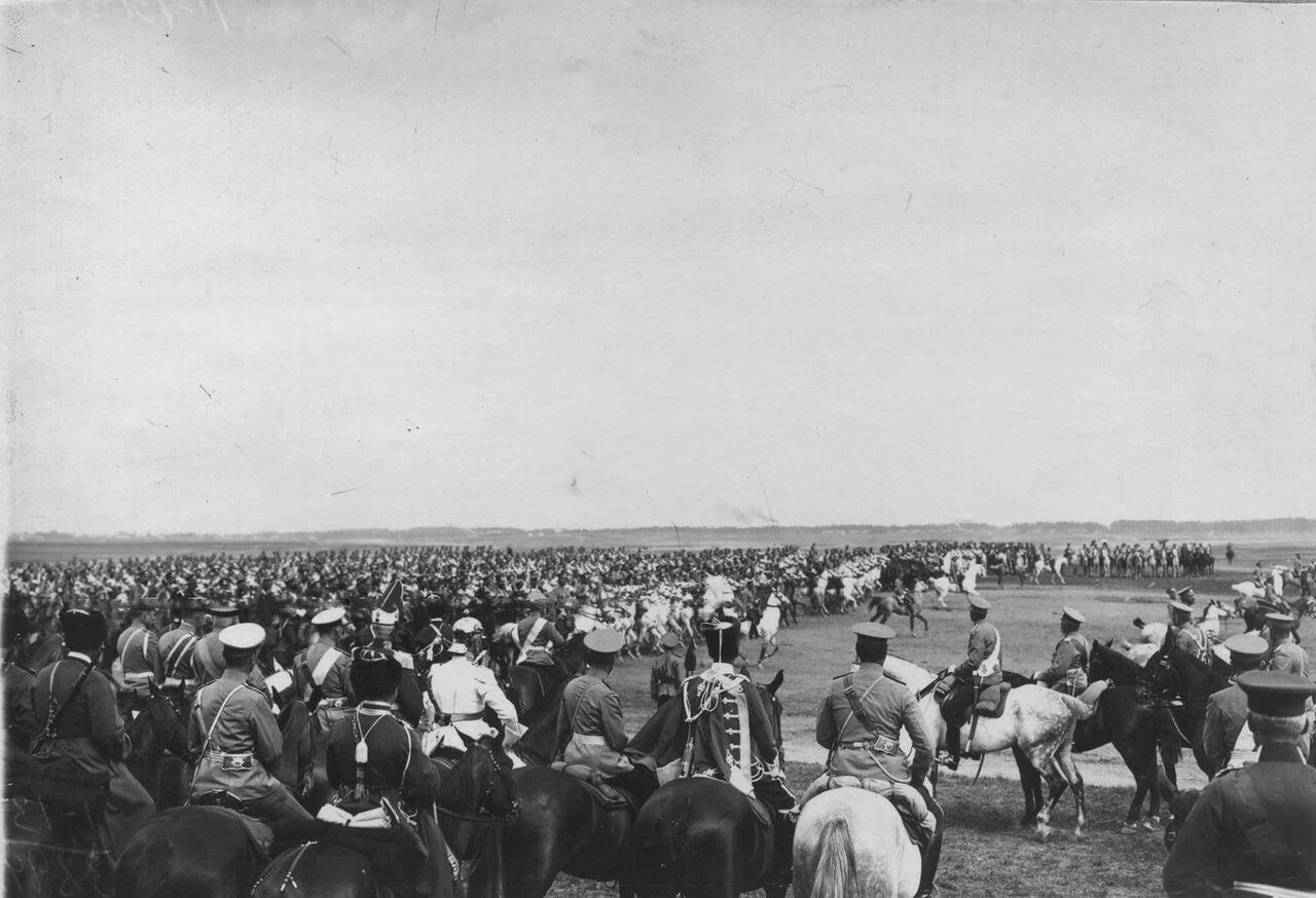 04. Прохождение кавалерии мимо императора Николая II и сопровождающих его лиц