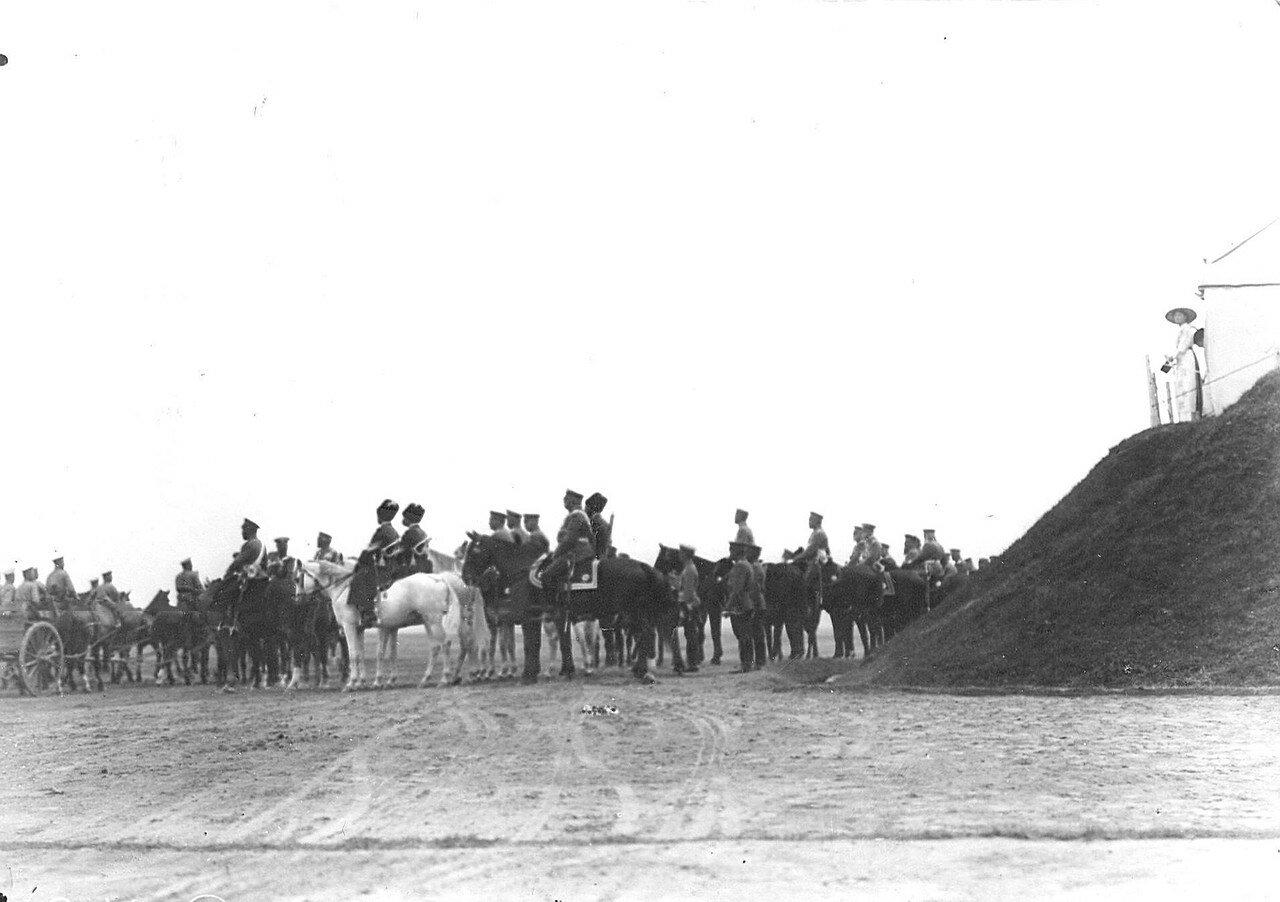 11. Император Николай II и сопровождающие его лица на лагерном сборе войск. 25 июля 1913