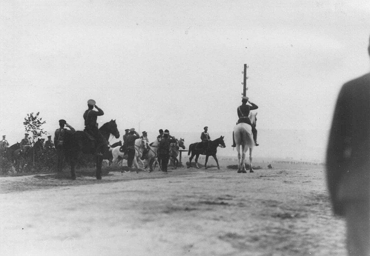 20. Император Николай II со свитой выезжает на плац в день смотра. 30 июля 1912