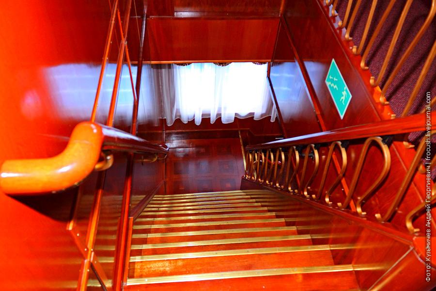 Лестница со шлюпочной на среднюю палубу теплохода «Н.А.Некрасов»
