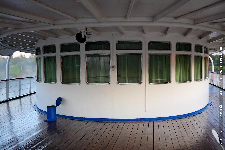Кормовая часть средней палубы. Вид на бар.