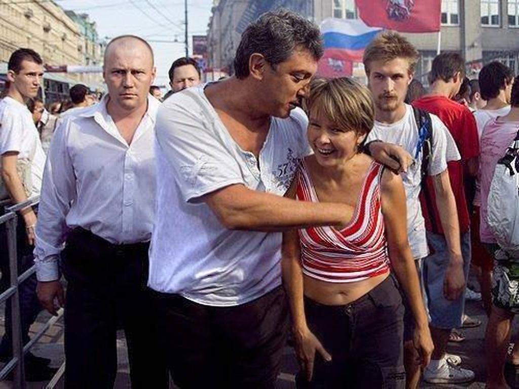 """Евгения Чирикова (справа) и Борис Немцов на Триумфальной площади в Москве, 31 июля 2010.""""Стратегия-31"""" в поддержку 31-й статьи Конституции, гарантирующей свободу собраний. (2)"""