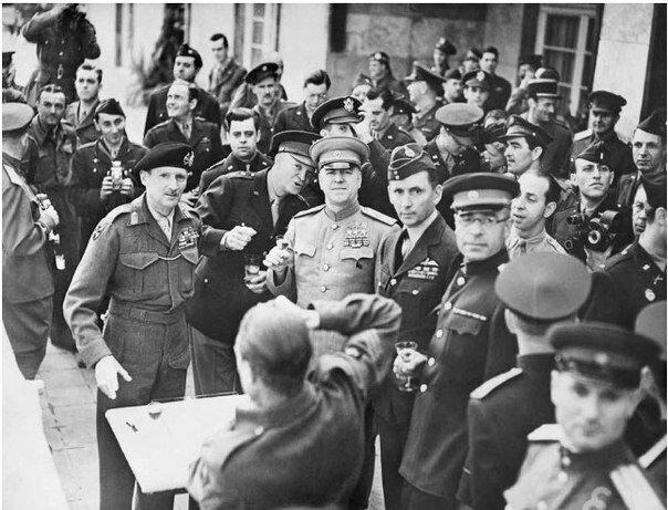 Неизвестный автор. Церемония награждения фельдмаршала Б. Монтгомери, генерал армии Д. Эйзенхауэр, маршал Советского Союза Г. Жуков, главнокомандующий Королевскими ВВС А.Теддер. Франкфурт, 10 июня 1945.jpg