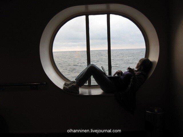 Блоггер olhanninen на фоне слегка заваленного морского горизонта по пути из Хельсинки в Стокгольм
