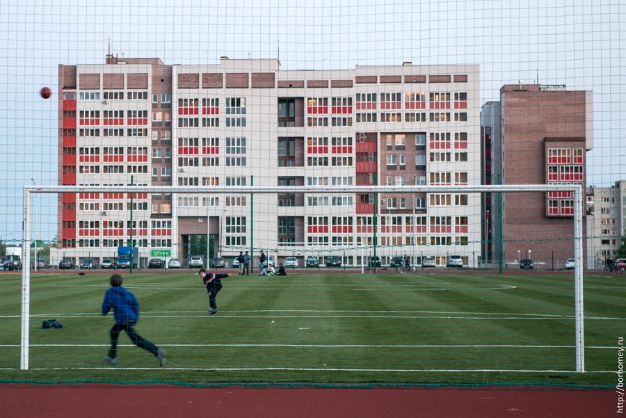 дети играют в футбол на стадионе икар