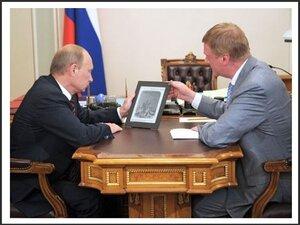Чубайс и Путин смотрят на экран будущего российского планшетного компьютера