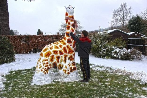 А почему бы не сделать снежного жирафа?