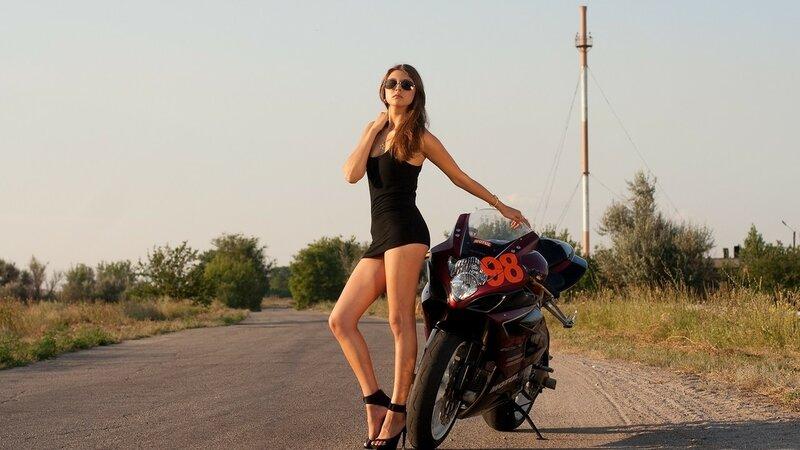 симпатичная деревенская девушка на мотоцикле фото