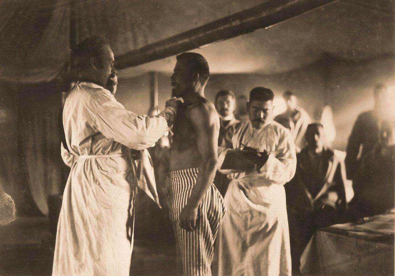 19. Врач осматривает раненого в палате временного лазарета