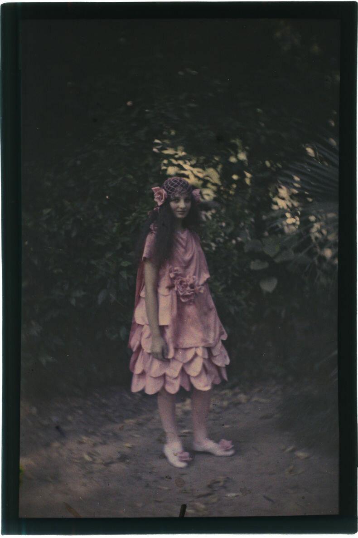 1910. Девушка в розовом платье