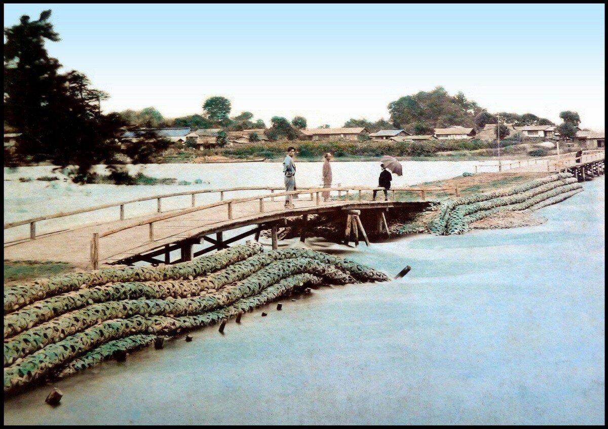 Мост из бамбуковых трубок наполненных камнями