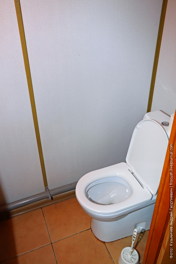 туалет каюты №111 на главной палубе теплохода «Космонавт Гагарин»