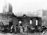 Жители возвращаются в освобожденный Смоленск. Сентябрь 1943 .jpg