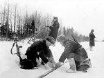 Партизаны минируют железнодорожные пути. 1942 г..jpg