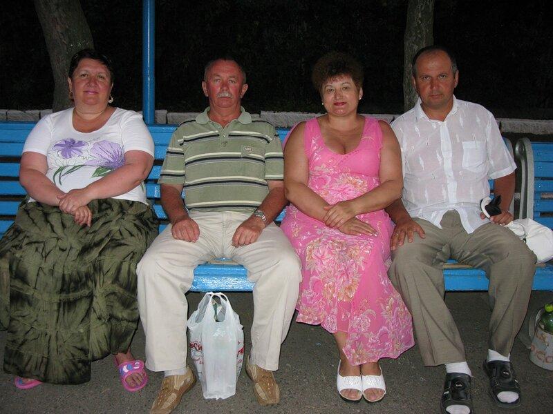 Дина и Саша Бутенки. Мама с папой. Коблево - 2011.