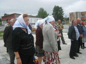 Прихожане на освящении фундамента храма.
