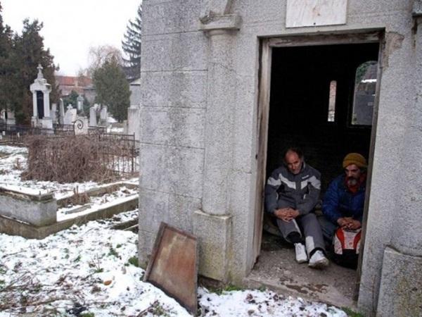Бомж 15 лет живет в могиле на кладбище