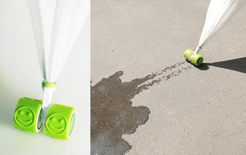 13. Зонт на колесиках Детский зонт на колесиках, которые оставляют на асфальте смайлики.