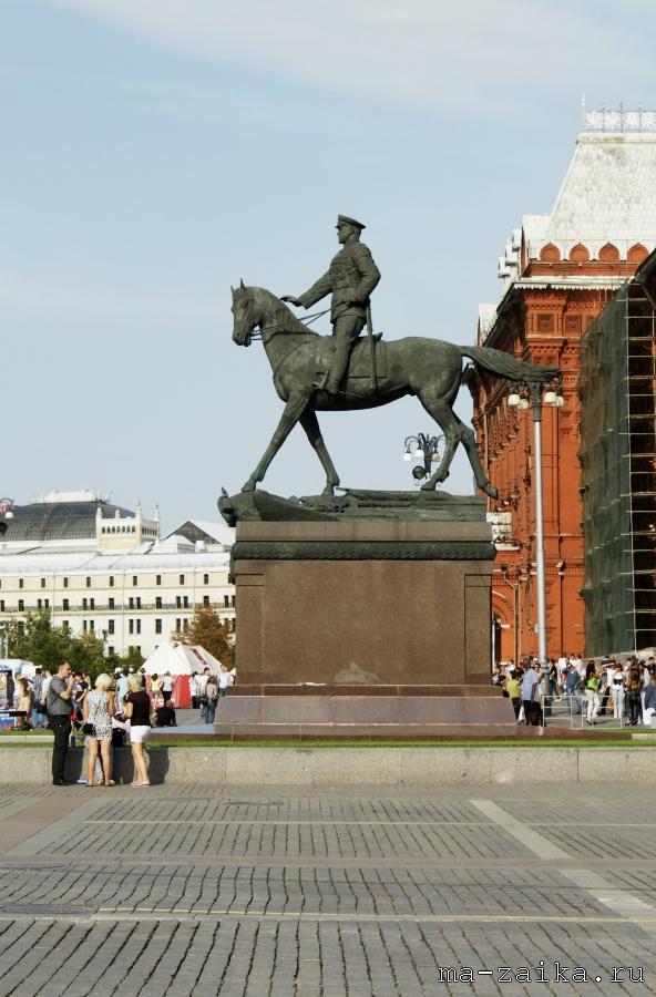Памятник маршалу Жукову у Исторического музея, Москва, 15 августа 2011 года