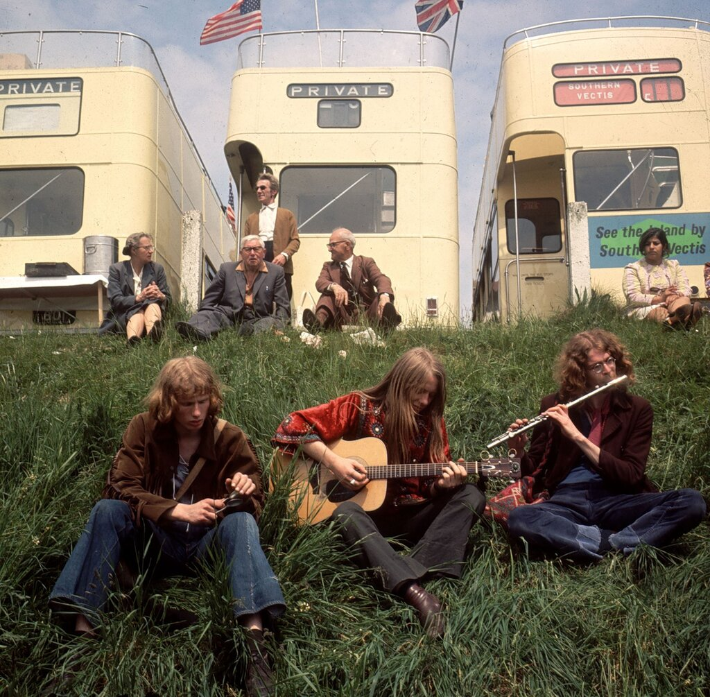 Hippies.Хиппи  рядом на стоянке частных автобусов, припаркованных на Эпсом Даунс в Derby Day. 1971