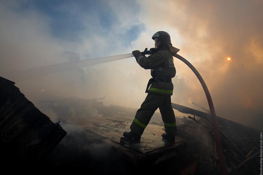 12 августа 2011, 21:35.  Фотомгновения Сочи.  В Адлере, по адресу ул. Народная 16, дотла сгорело два дома.