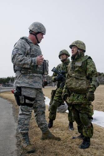 Американский и японский солдаты.