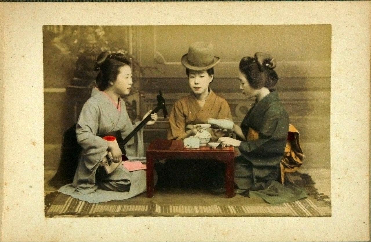 Две девушки пьют саке