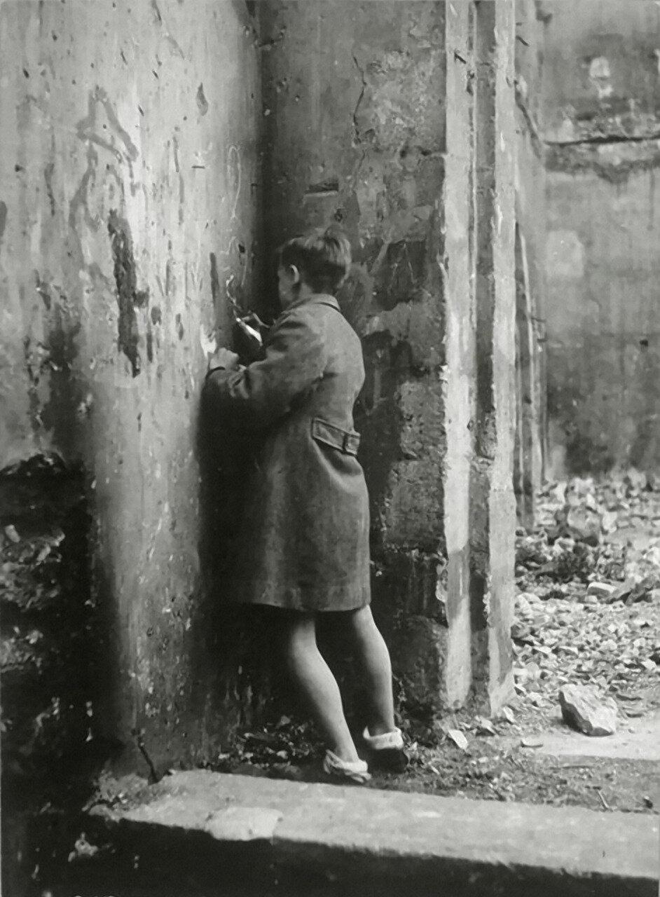 1931. Мальчик рисует граффити
