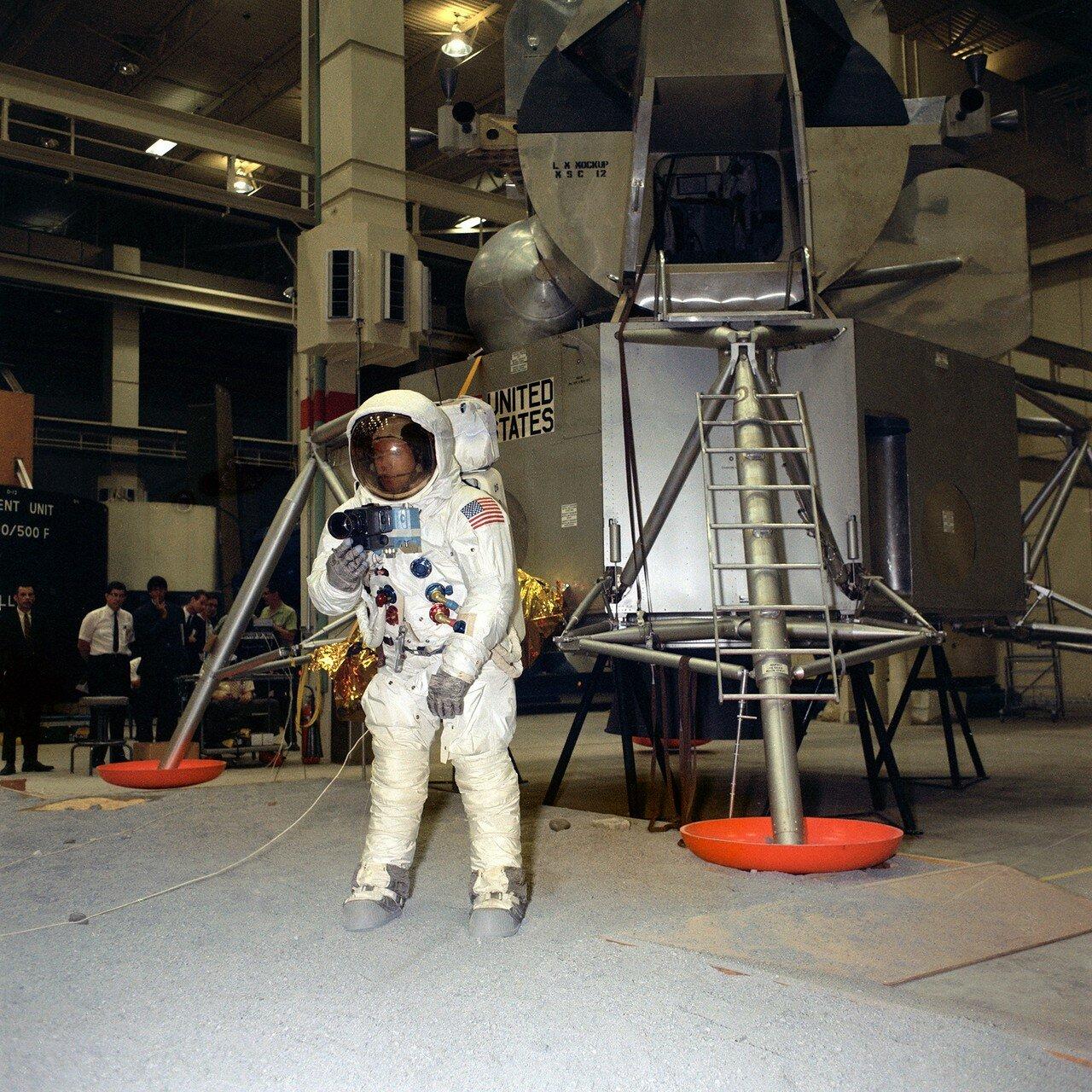 1969. Тренировка с фотокамерой в Центре пилотируемых полётов в Хьюстоне