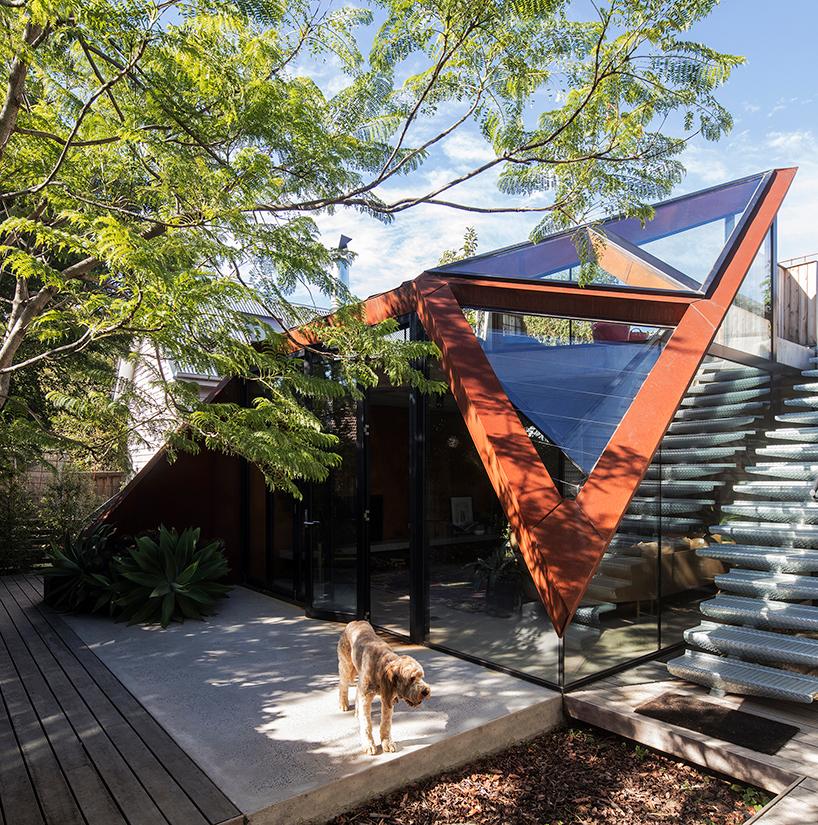 Расширение для дома с геометрической крышей в Мельбурне