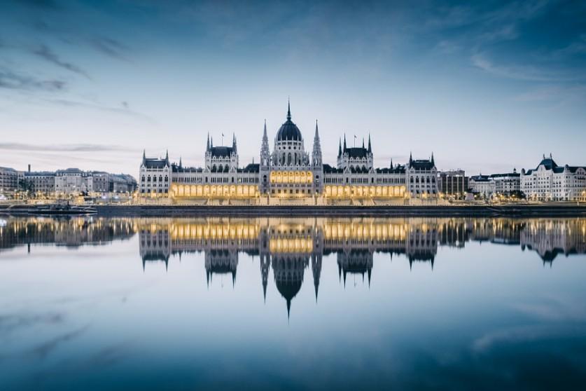Парламент в Будапеште Работы Саймона не совсем минималистичны в традиционном смысле, некоторые из ни
