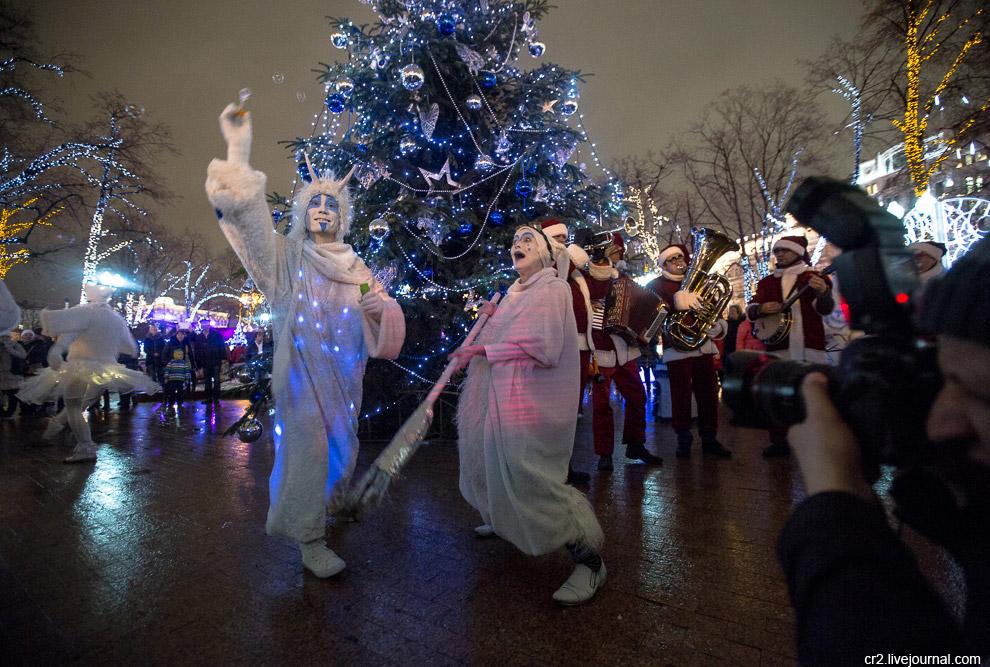Как и в прошлые года, город украшен в рамках фестиваля «Путешествие в Рождество». В этом году в