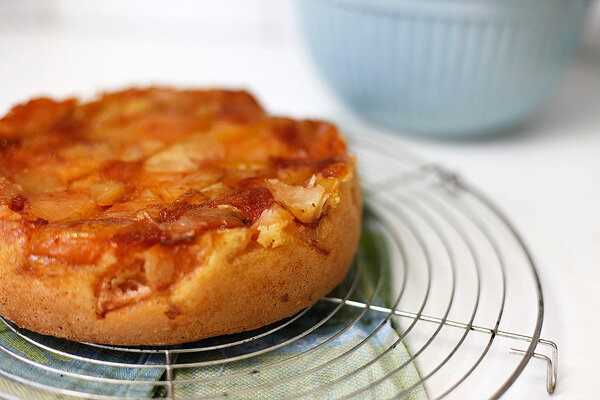 Рецепт шарлотки с яблоками фото с карамелью