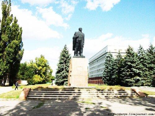 Памятник Ленину у входа в парк