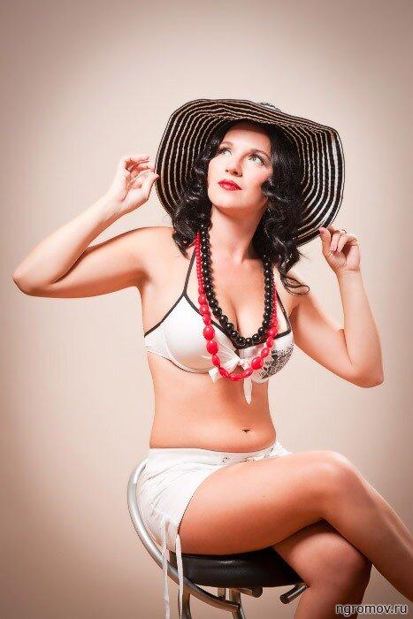Девушка в шляпе (pin-up, брюнетка)