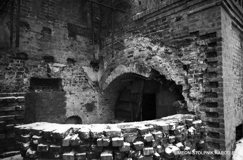 Полуразрушенный левый придел храма. 1965 год.