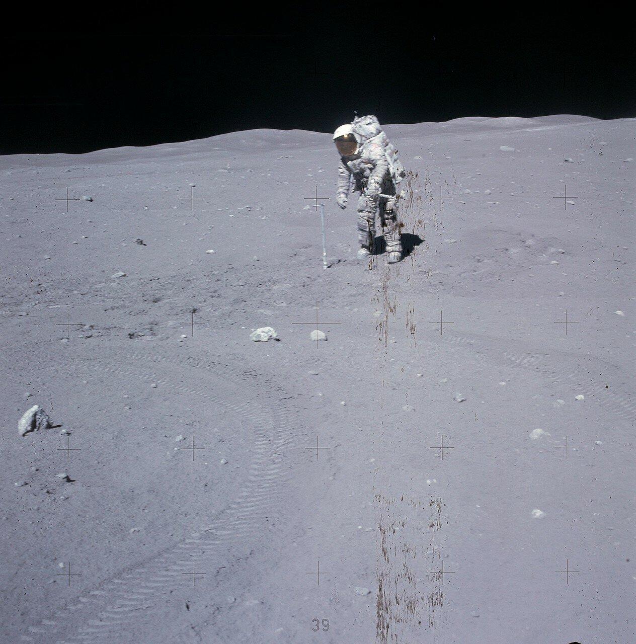 На Station 10 Prime астронавты собрали граблями мелкие камешки и грунт, Дьюк углубил двойную трубку-пробоотборник. На снимке: Дьюк углубил двойную трубку-пробоотборник на Station 10 Prime