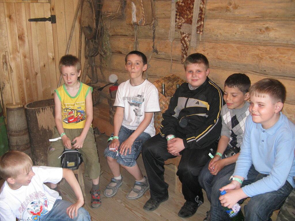 Группа экскурсаннот в сенях Русской избы.