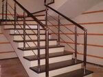 Лестница с комбинированными ограждениями.