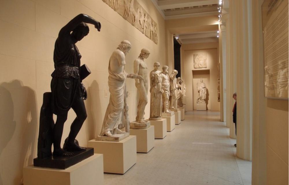 Тема античности продолжается в Греческом дворике – большом зале, наполненном слепками знаменитых древнегреческих статуй, рельефов и архитектурными фрагментами.