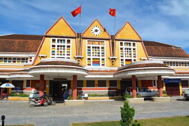 Вокзал во французском колониальном стиле...Далат,Вьетнам