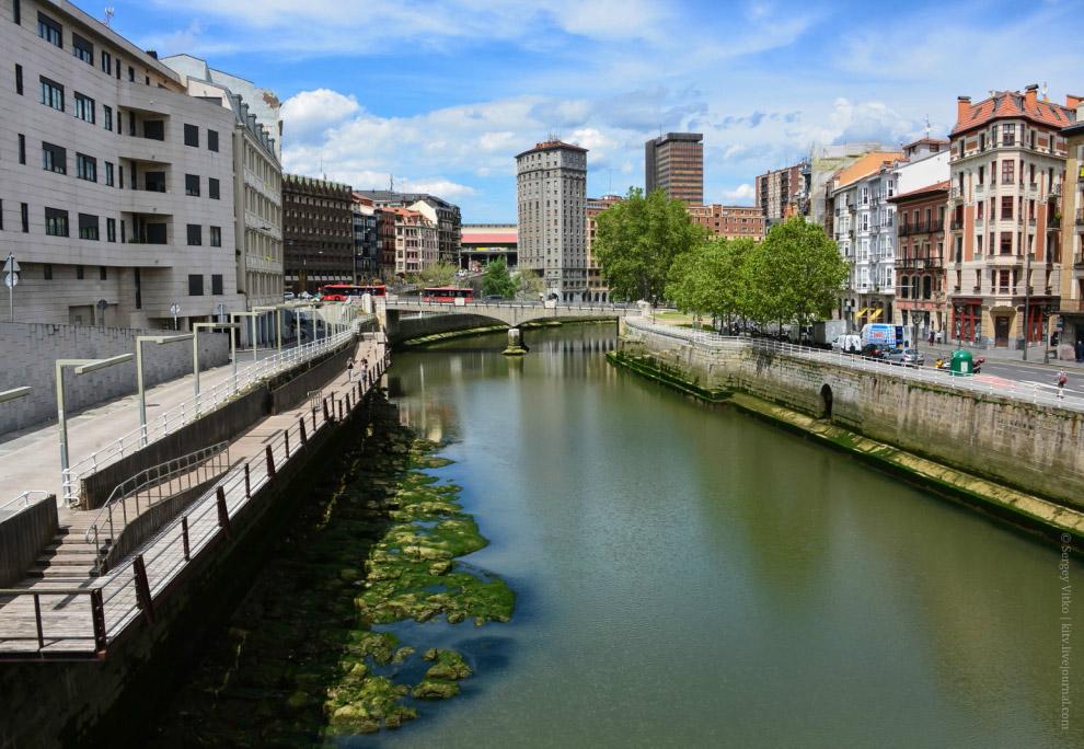 3. Река является своего рода центральной галереей городских достопримечательностей. Например, д